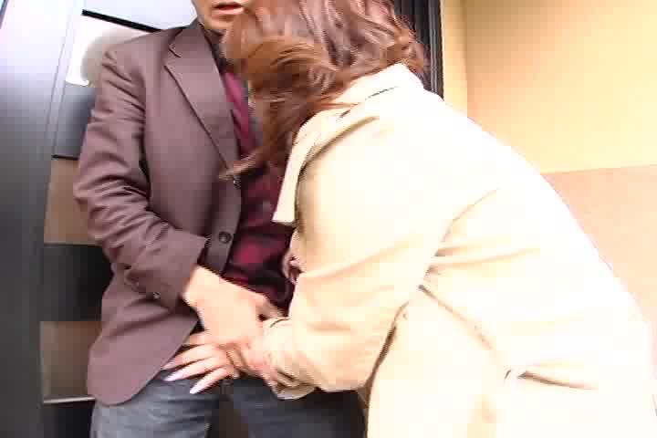 スケベな上品な奥様はやっぱりエロかった!背後から一般男性を手コキ